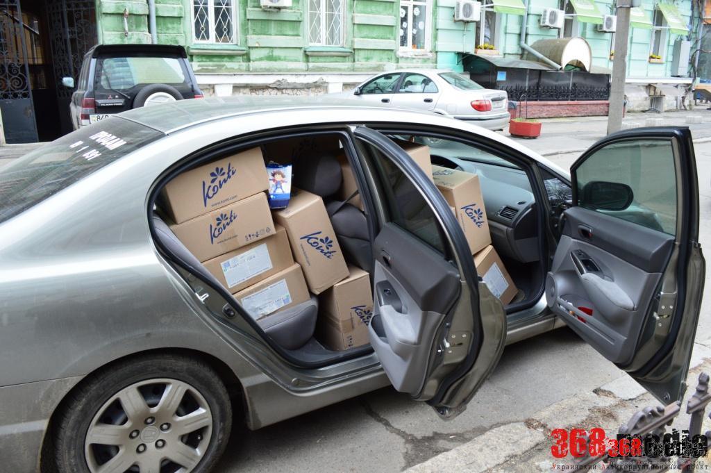Одесский экс-губернатор кормит детей конфетами Колесникова