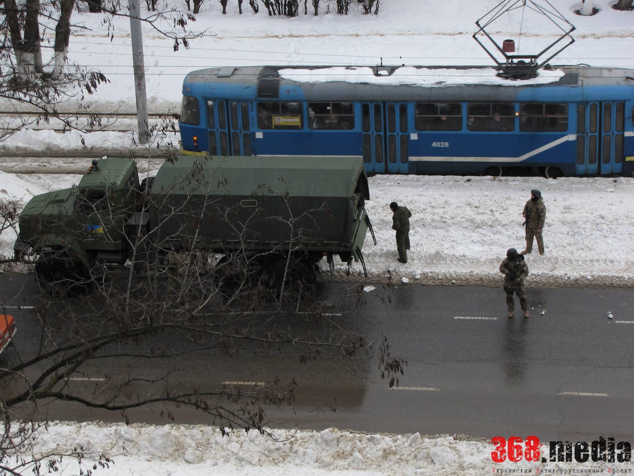 В Одессу на армейских грузовиках въехали вооруженные люди (фото)