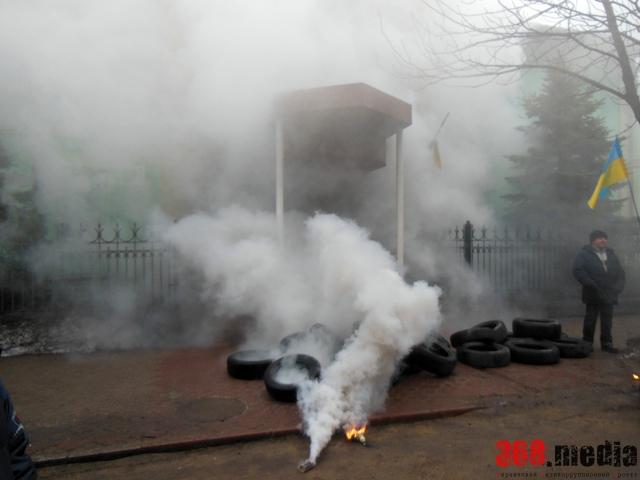 Прокуратуру обещают сжечь. Фото: gorod.dp.ua