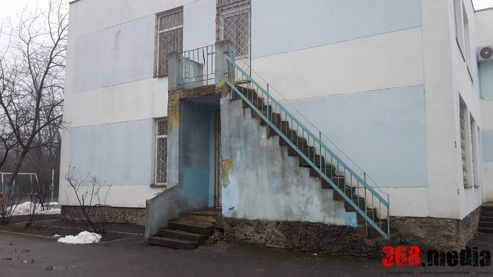 Обветшалый фасад УВК №275. Фото: Сергей Дубенко