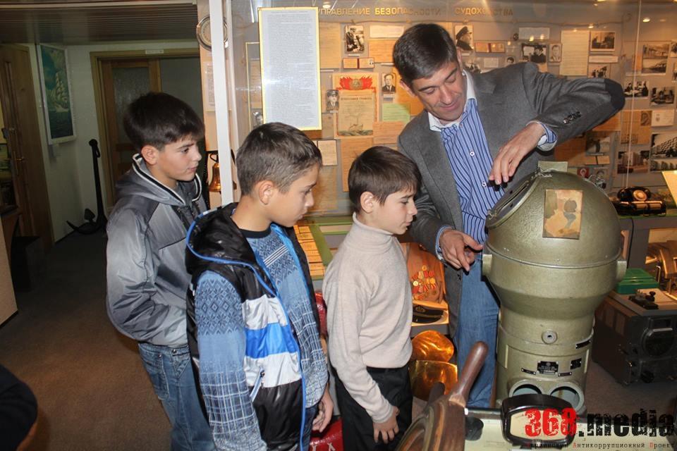 Баринов проводит экскурсию по музею УДП