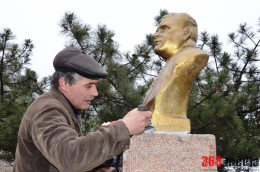 Одесские власти полтора года восстанавливали бюст Посмитному