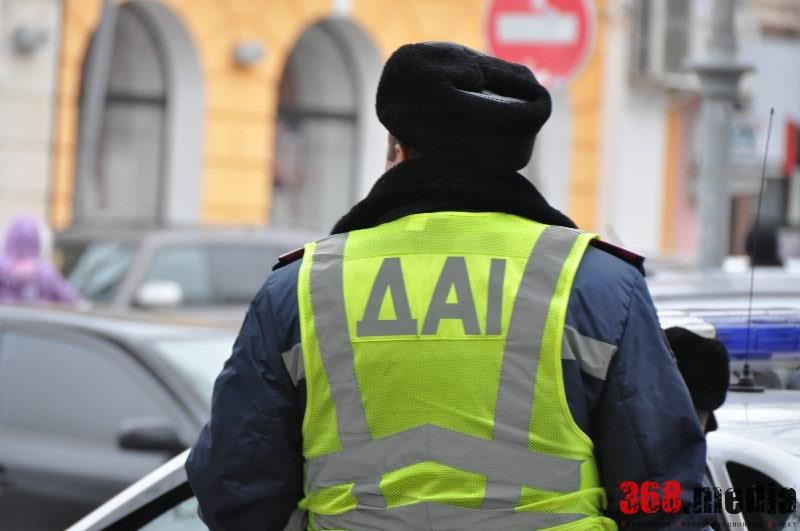 Житомирские гаишники, оставшись без взятки, отобрали у волонтеров машину