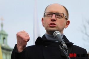 Место для Гройсмана: Яценюк подал в отставку с поста премьера