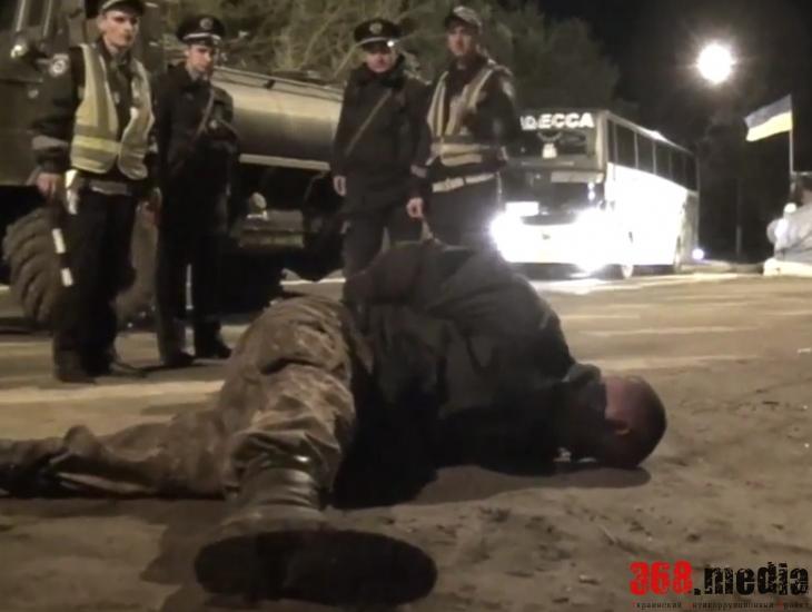 Водитель армейского бензовоза напал с ножом на николаевских гаишников (фото, видео)