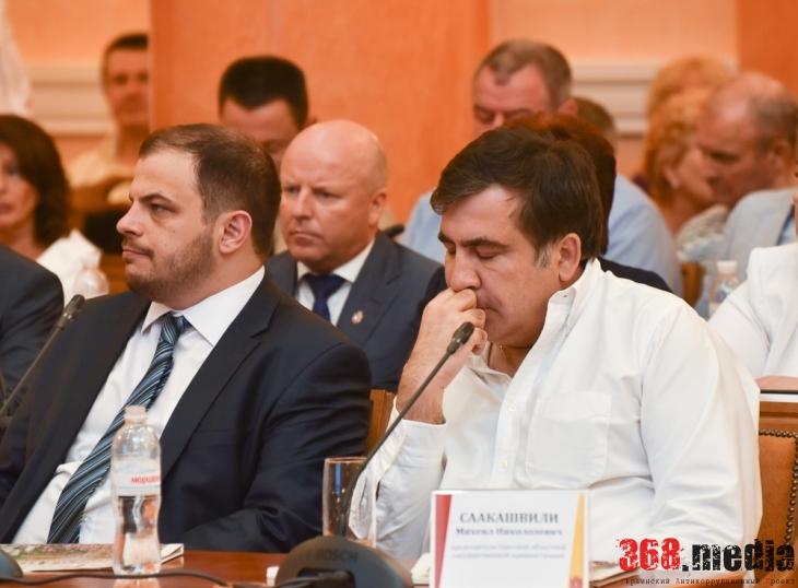 Губернатор Саакашвили и председатель облсовета Шмушкович явно скучали.