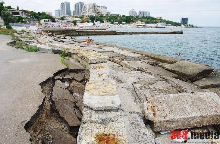 Застройщики побережья вытеснили одесситов с песка на разбитый бетон (фото)