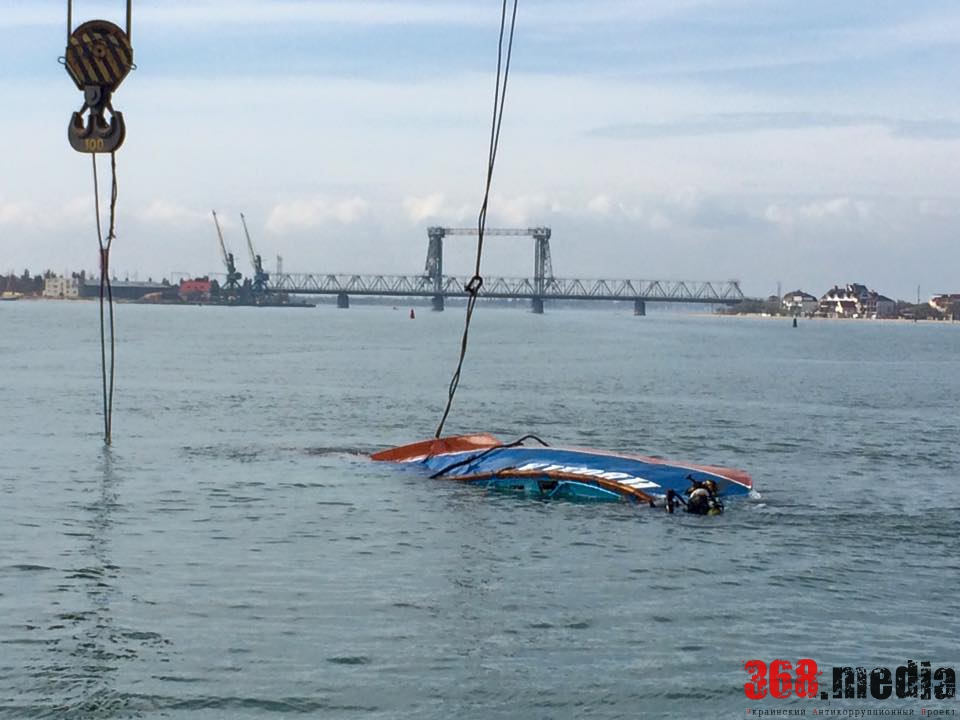 Спасатели начали подъем затонувшего катера «Иволга» (фото)