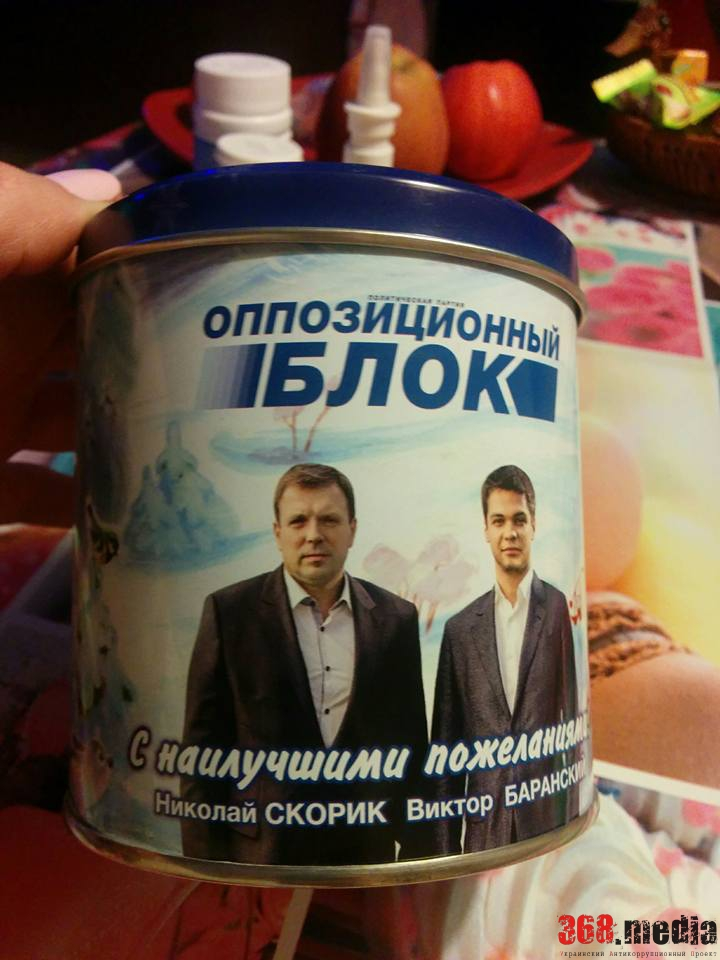 Нардеп Скорик раздает одесситам банки со своим лицом (фото)