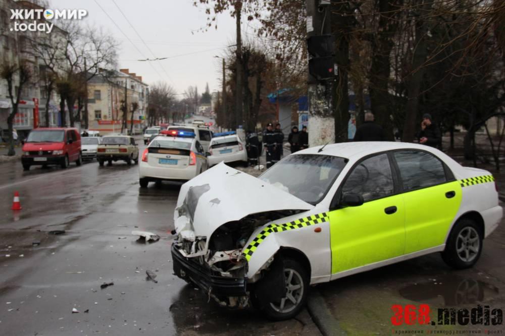 Житомирский таксист таранил полицейский автомобиль: сбит пешеход