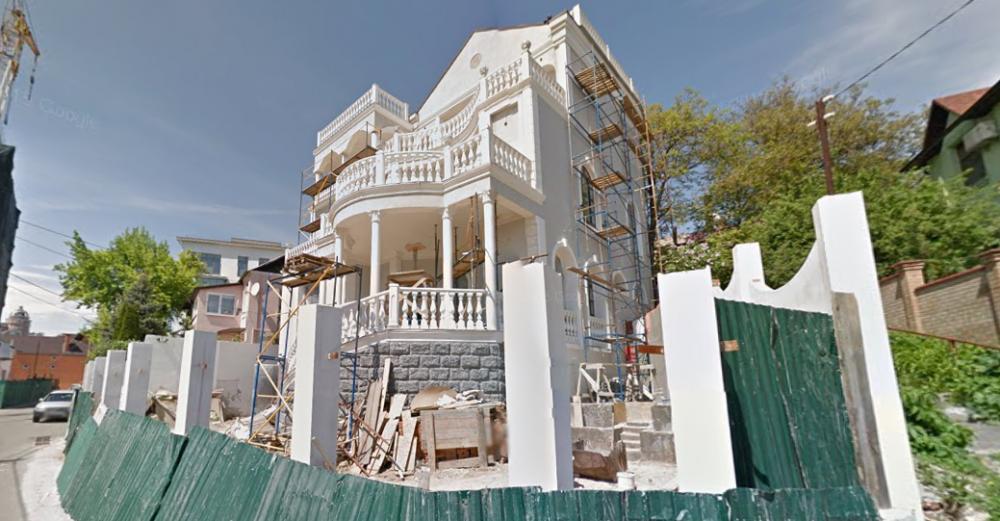 «Мажорная» блондинка оказалась соседкой Кононенко: дом и внедорожник записаны на старушку