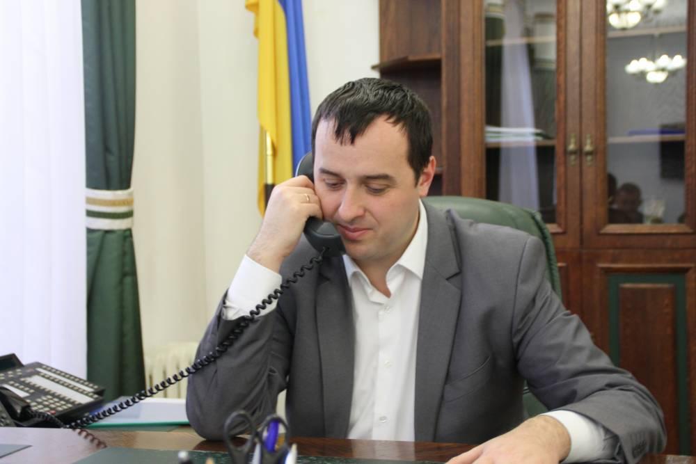 Жена главы Львовской таможни зарабатывает в 10 раз больше супруга и работает помощником нардепа