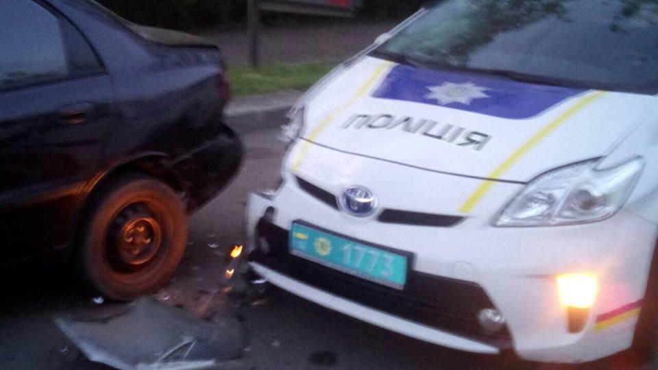 Одесские патрульные врезались в таксиста (фото)