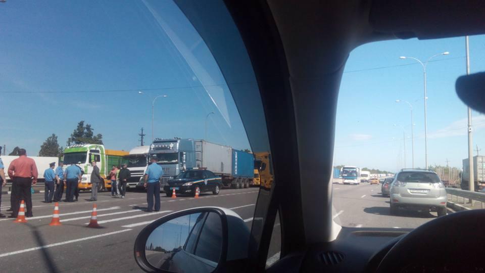 Взвешивайся: часть трассы «Киев-Одесса» перекрыли дальнобойщики (фото)