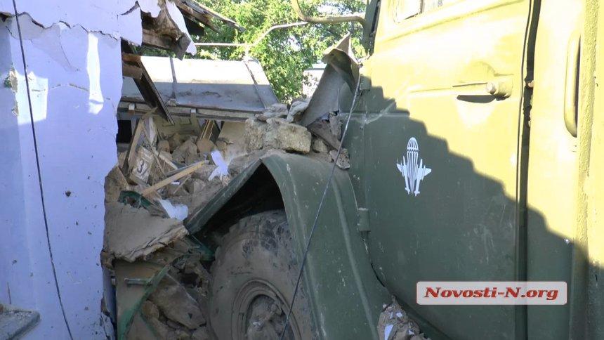 Пьяный десантник на «Урале» таранил частный дом (фото, видео)