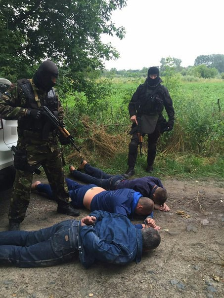 Ровенские бандиты притворялись полицейскими, чтобы отбирать янтарь у старателей