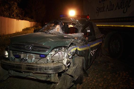 Водитель фуры раздавил полицейского вместе с машиной (фото)