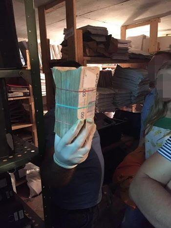 На посту «Песочин» у таможенников отобрали толстую пачку денег