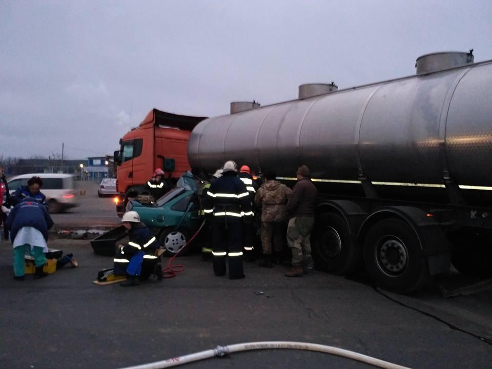 Военные на «легковушке» врезались в бензовоз: погибло трое