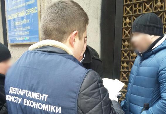 Чиновник львовской Госпродпотребслужбы шантажировал владельца автосервиса