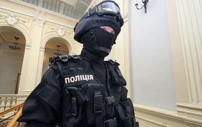 В кафе Вышгорода полицейского ударили стулом и пытались отобрать пистолет
