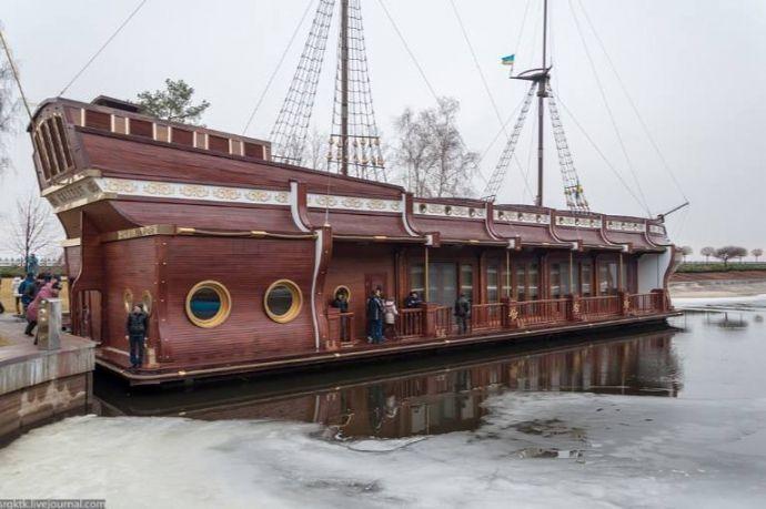 Суд арестовал плавучий ресторан Януковича вМежигорье