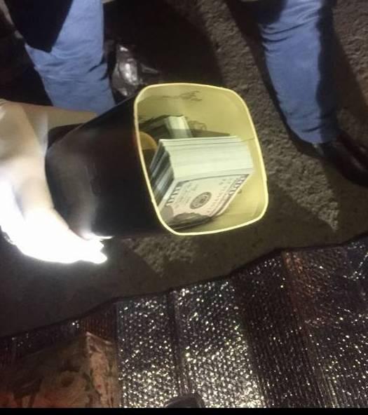 Замглавы Львовской таможни принес прокурору 40 тысяч долларов в тубусе для виски