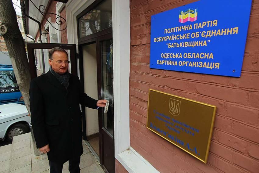 Привычка к роскоши: зампред Одесского облсовета погряз в долгах, но продолжает шиковать