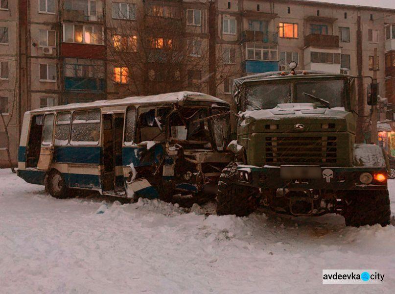 В Доброполье автобус с шахтерами столкнулся с армейским грузовиком