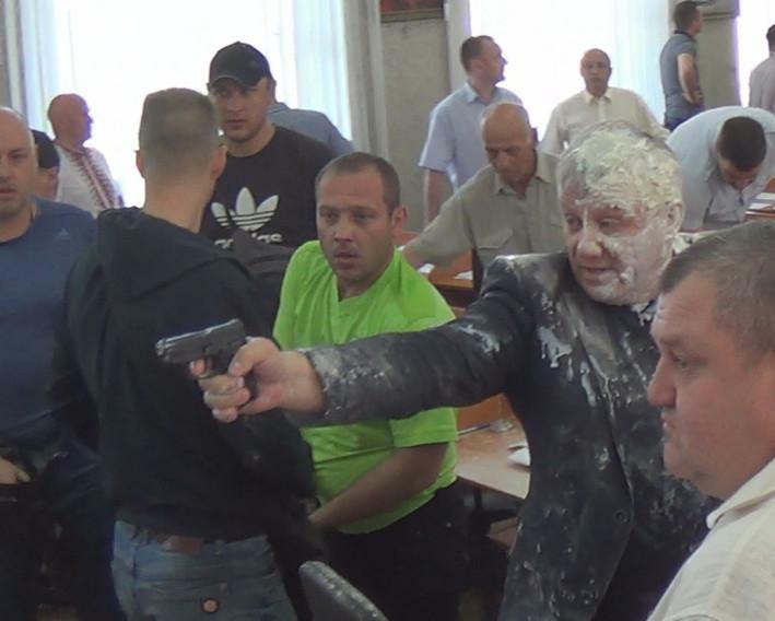 В Никополе депутат, облитый кефиром, отстреливался от шутников