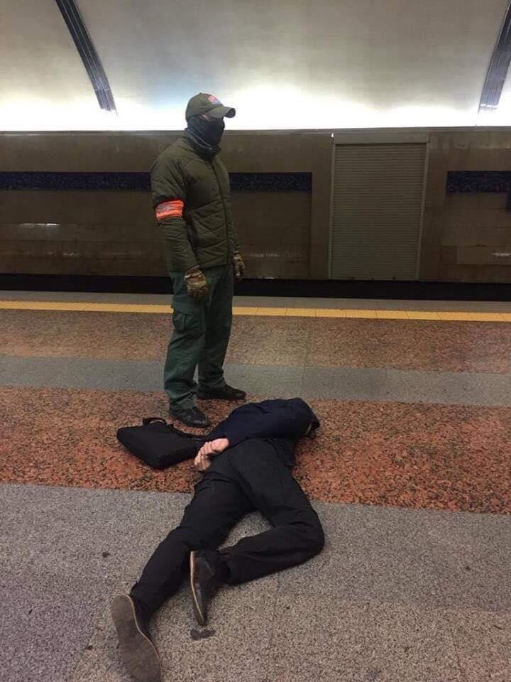 В киевском метро полицейский шантажировал военнослужащего