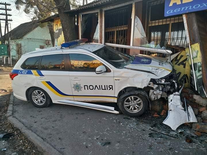 Под Киевом полицейские во время погони врезались в магазин