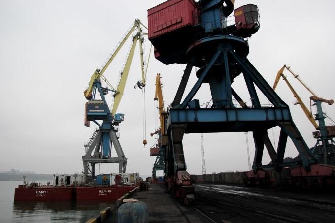 Директор порта «Южный» незаконно поручил фирме без допуска перевозить краны из Одессы