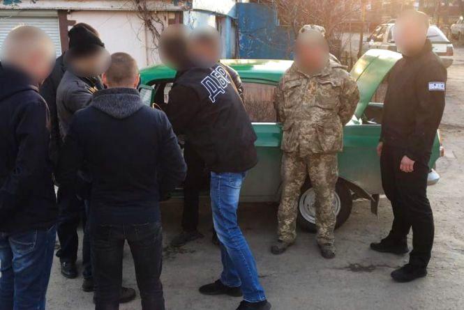 Заместитель военкома в Новой Ушице вымогал взятки у призывников