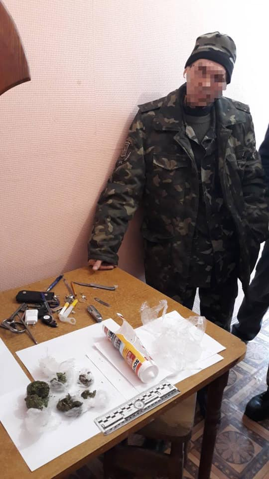 Главный психолог Бучанской колонии носил наркотики осужденным