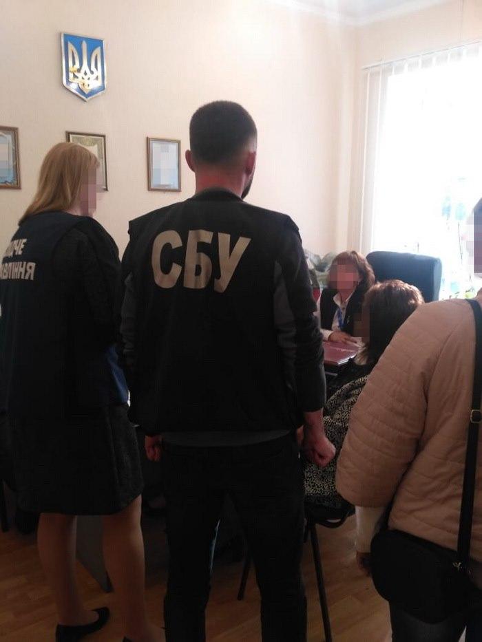Директор городского центра занятости в Николаевской области собирала взятки у подчиненных