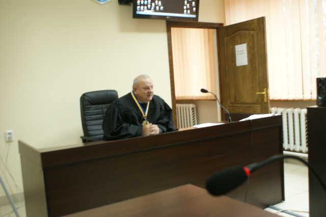 Глава Славутского суда незаконно начислял себе зарплату и фиктивно ездил в АТО