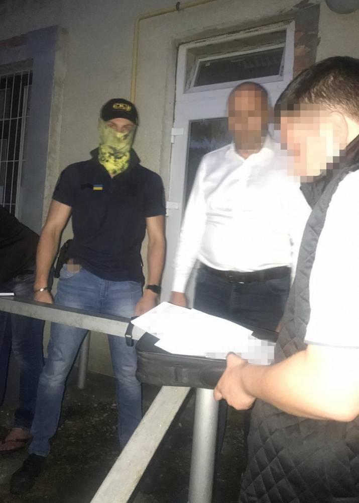 В Черновицкой области глава отделения полиции пытался подкупить работника военкомата