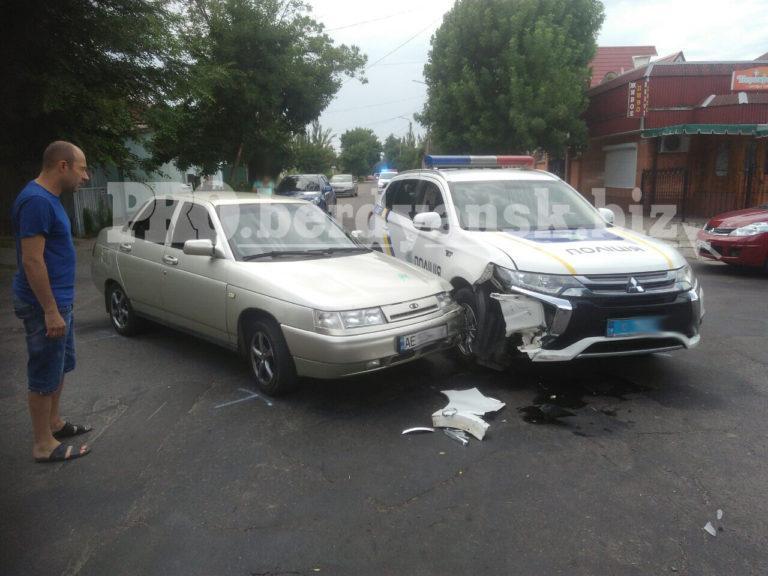 В Бердянске турист врезался в полицейскую машину