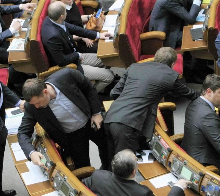 Зеленский предлагает наказывать депутатов за «кнопкодавство»