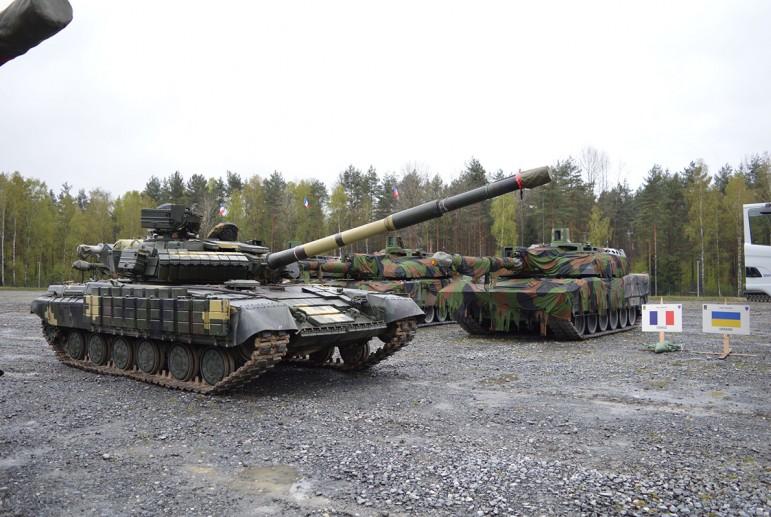 В Минобороны купили армейские рации, которые не помещаются в танки