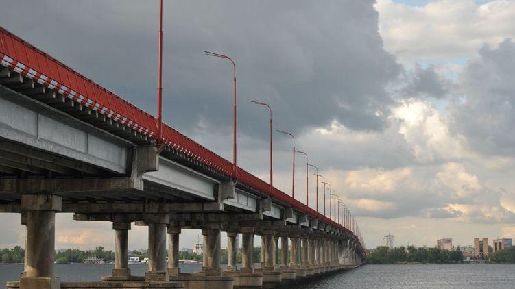Спор с президентом: на ремонте моста в Днепре украли 29,5 млн гривен