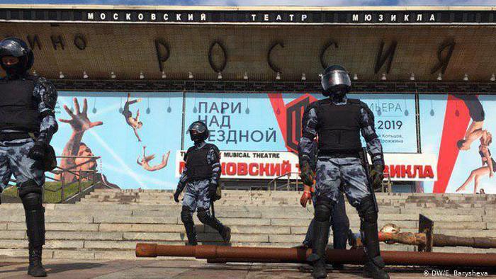 В России предложили наказывать за неуважение к полицейским в интернете