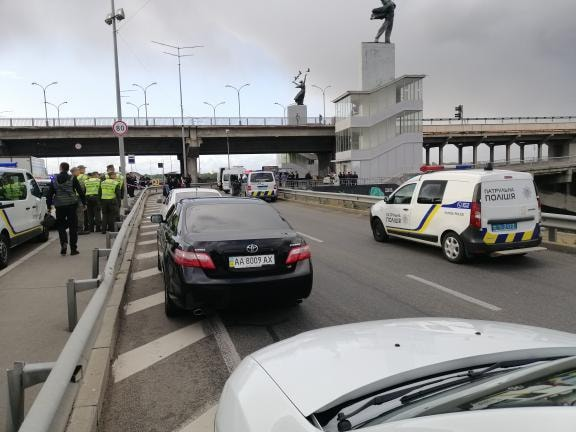 В Киеве крымчанин в камуфляже грозится взорвать мост
