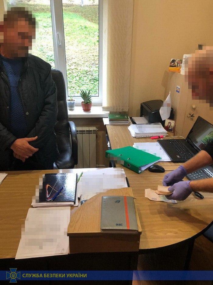 Инженер филиала «Житомиргаза» требовал взятку от местного жителя, повредившего газопровод