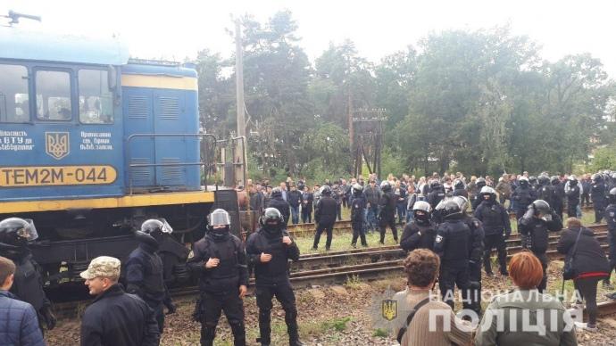 Полиция разогнала активистов, блокирующих составы с российским углем во Львовской области