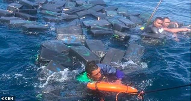 В Тихом океане наркоторговцы дрейфовали на пакетах с кокаином