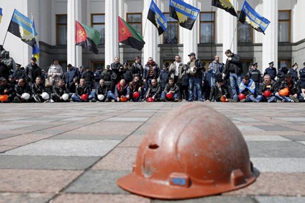 Требующие зарплат шахтеры начали бессрочный митинг в Киеве
