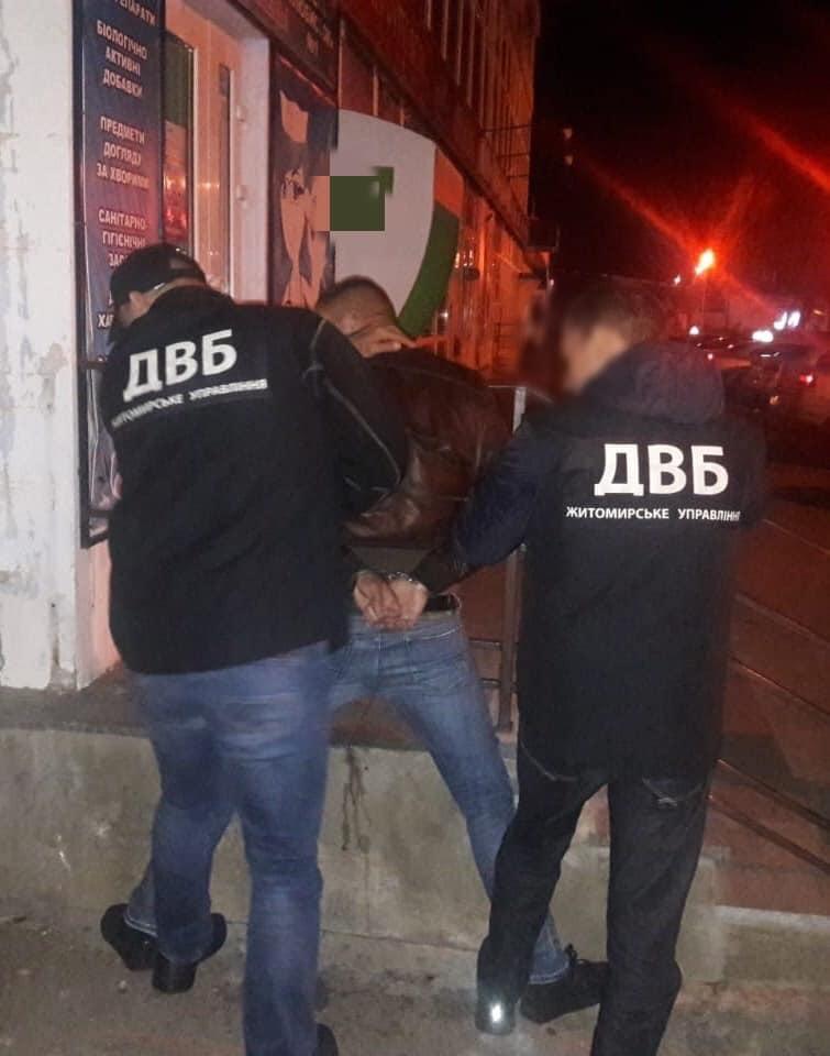В Бердичеве полицейский вместо с борьбы с наркоторговцами решил примкнуть к ним