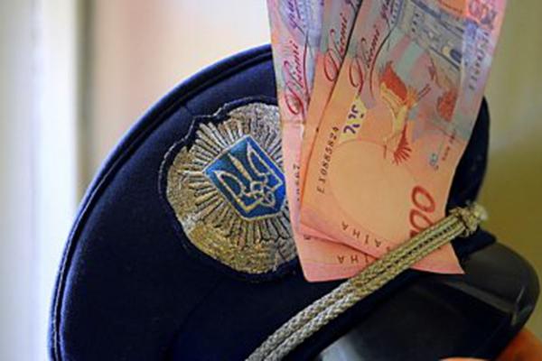 Полицейский-мошенник из Черновицкой области проведет три года за решеткой и лишится имущества